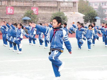 朱炎皇/湘潭县百花小学学生们在做学校原创的古诗词自编操。朱炎皇摄