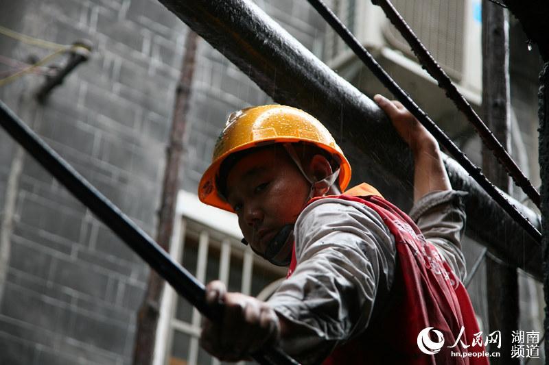 湖南湘西凤凰古城被淹 电力员工抢修受损线路恢复供电