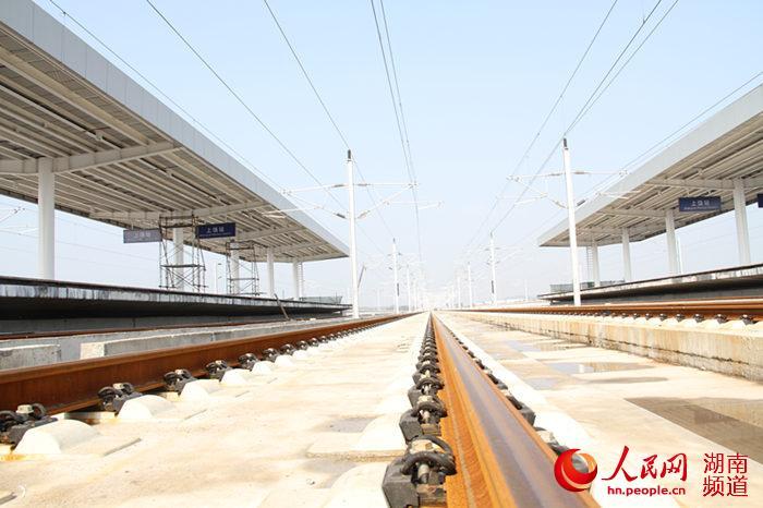 沪昆高铁无砟轨道上向前延伸的钢轨