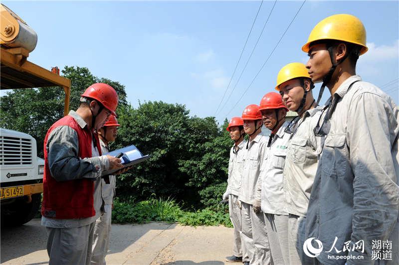 高温下长沙电力员工对线路进行检修