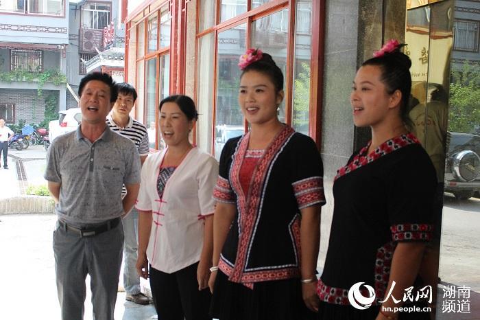 皇都侗文化村歌舞团的团长欧俊楼与团员们演唱《侗乡情》