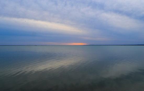 敦煌哈拉湖干涸半个多世纪后重现碧波