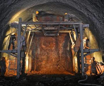 渝怀铁路二线建设全面推进        27日,怀化市鹤城区凉亭坳乡贺家田村,施工人员在隧道里开凿炮眼。