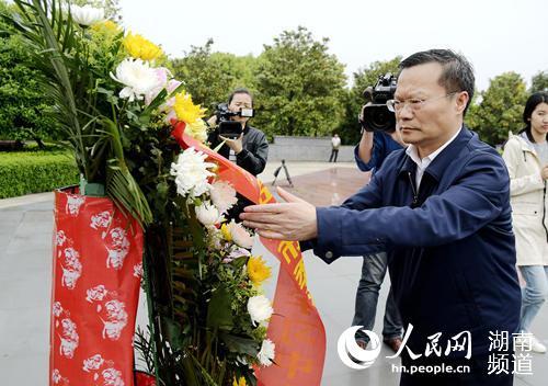 岳阳市委书记、市人大常委会主任胡忠雄整理花篮绶带。