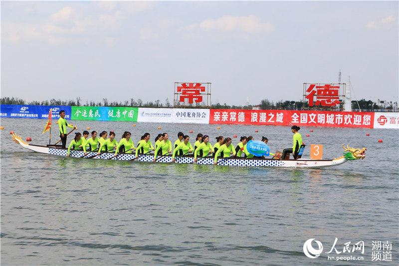 参赛队伍身着亮色服装,动作整齐划一。