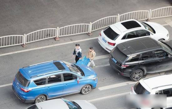 马路上发卡乞讨叫卖影响交通安全 市民可拨122报警