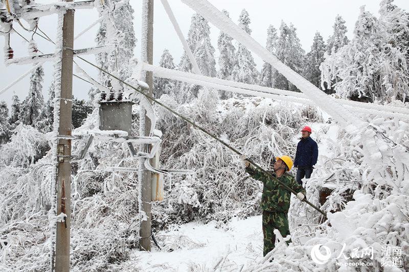 湖南电力应对寒潮袭 覆冰超6毫米立即采取融冰措施