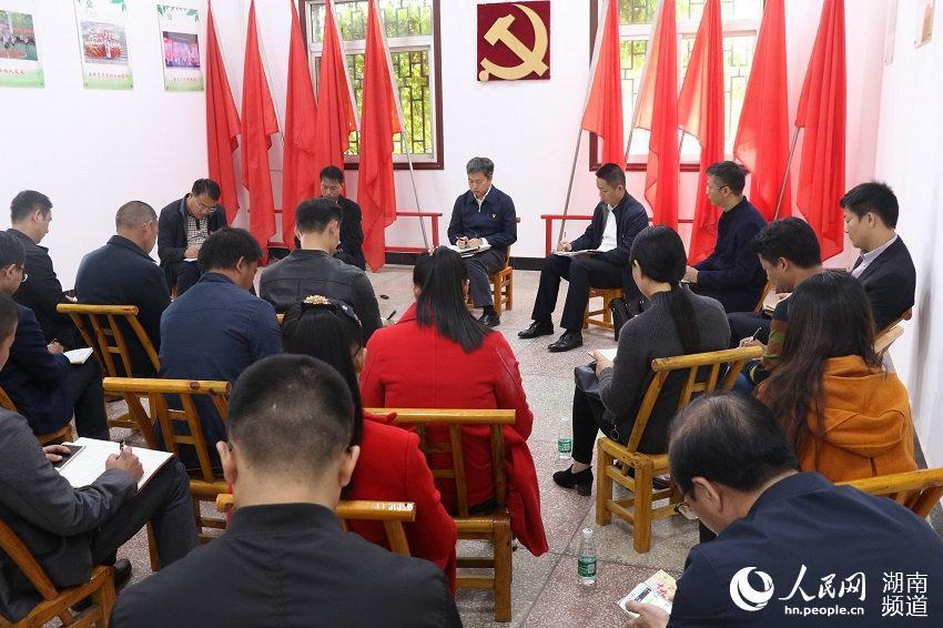 长沙经开区党工委书记、长沙县委书记曾超群来到双江社区服务中心,向大家宣讲十九大精神。