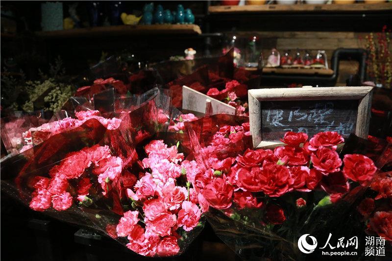 """庆祝""""她""""的节日浪漫经济搅热鲜花市场"""