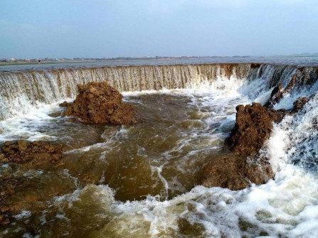 """江西鄱阳湖湿地现""""瀑布""""景观"""