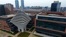 神奇大楼有三种打开方式河南郑州金水东路上的一座建筑造型奇特,俯视酷似一座金字塔,平视酷似一个陀螺,仰视则酷似上海世博会中国馆。