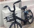 """蓝色车被漆成全黑 长沙共享单车被""""黑""""最狠的一次        该自行车被人为的喷上了全黑油漆,车轮也被一把蓝色的车锁牢牢锁住。"""