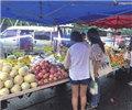 """长沙县龙喜路多个摊主用""""六两秤""""        网友称,在长沙县龙喜路一水果摊购买2000克香蕉,复称重量仅1200克。"""