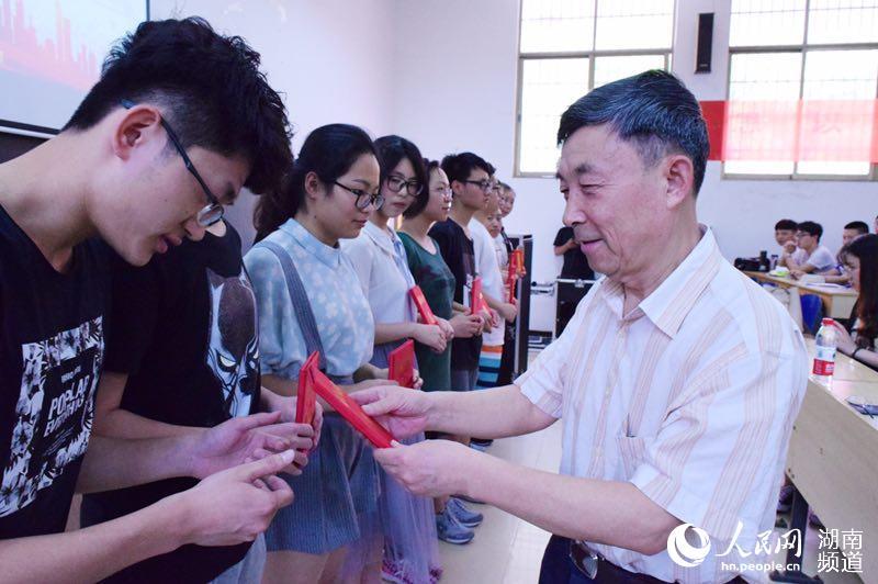 中南大学教授周孑民:退休不离岗 化作春泥更护花