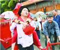十八洞村施六金结婚记        花垣县双龙镇十八洞村,施六金把新娘背下花轿。