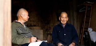 长沙八旬老人义务编纂20余万字村志        2017年初,长沙市湘峰村80岁老人孔三明开始整理毕生记录,并穿梭在30个村民小组之间,用20余万文字记录下新中国成立以来家乡的巨变。