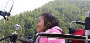 """""""袖珍网红""""玩直播        湖南省衡阳县乡村29岁女孩儿彭超,因从小患有脆骨症,身材十分娇小,被人称为""""袖珍姑娘""""。为打开自家土特产的销路,她坐在轮椅上,在大山的环抱中,向网友宣传自家出产的土特产。"""