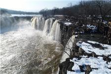 镜泊湖现冬季大瀑布