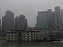 """""""5层楼房""""江上漂 记者了解到,""""5层楼房""""其实是一艘名为""""印象江津""""的餐饮船,当日该餐饮船在两艘拖轮护航下进行搬迁。"""