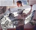 """农民画师""""绘""""出美好生活        浏阳市小河乡皇碑村韵盛斋画室内,郭江绘制完成一幅画。"""