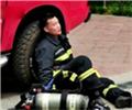 消防员抱老人一口气走下23楼 累瘫的样子让人心疼最近在四川雅安市民的朋友圈里,这样一张照片火了起来。