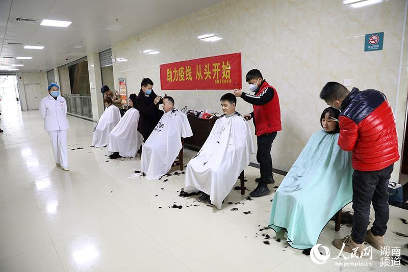爱心美发师为医务人员理发。李月争 摄