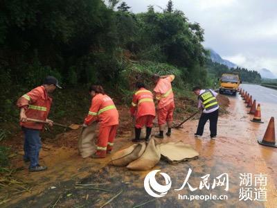 湖南高速养护工持续奋战保畅通。彭丹丹摄