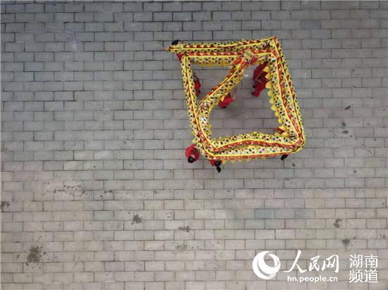 """【人民网】下牌桌、上舞台 """"女子舞龙队""""舞出乡村新风尚"""